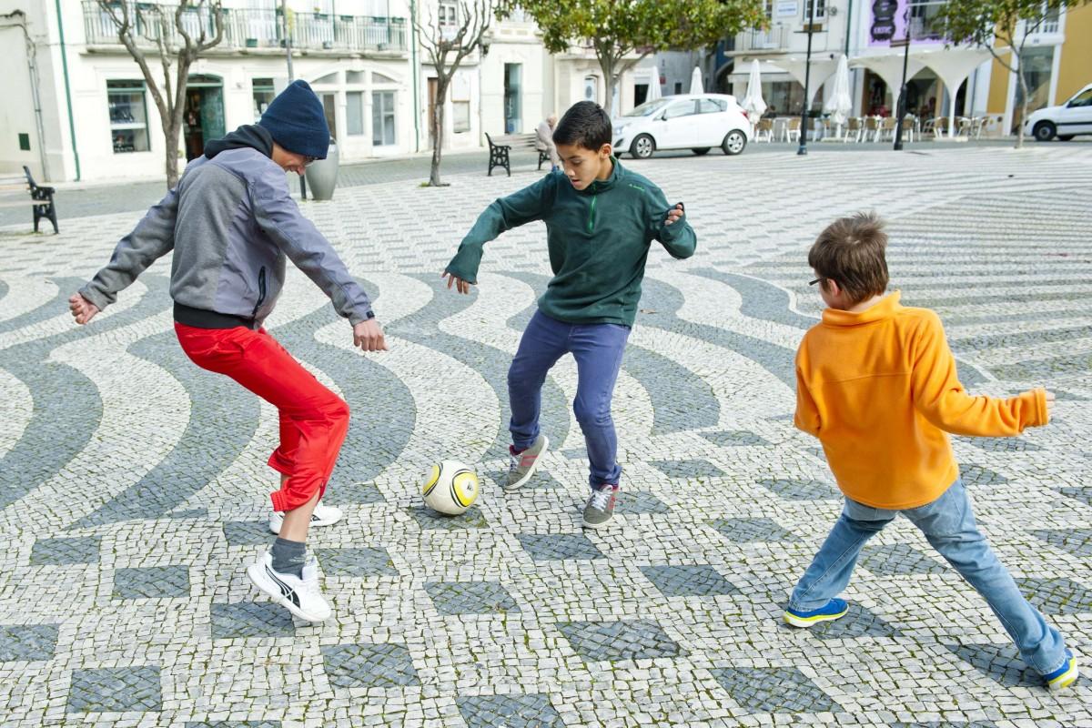 meninos-a-jogar-a-bola-na-praca-rodrigues-lobo-leiria-2015