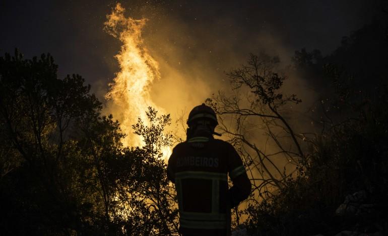 fogo-no-parque-natural-das-serras-de-aire-e-candeeiros-lavra-ha-34-horas