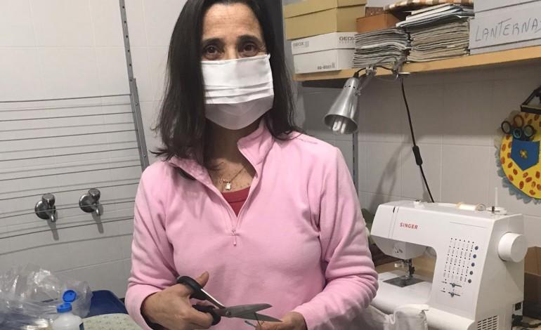 as-mascaras-que-maria-jose-costura-a-marinha-grande-que-ajuda-e-a-comida-do-amor-para-medicos-e-enfermeiros