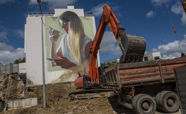 mural-de-rapariga-loira-a-saborear-um-cigarro-e-um-cafe-vai-desaparecer-emparedada