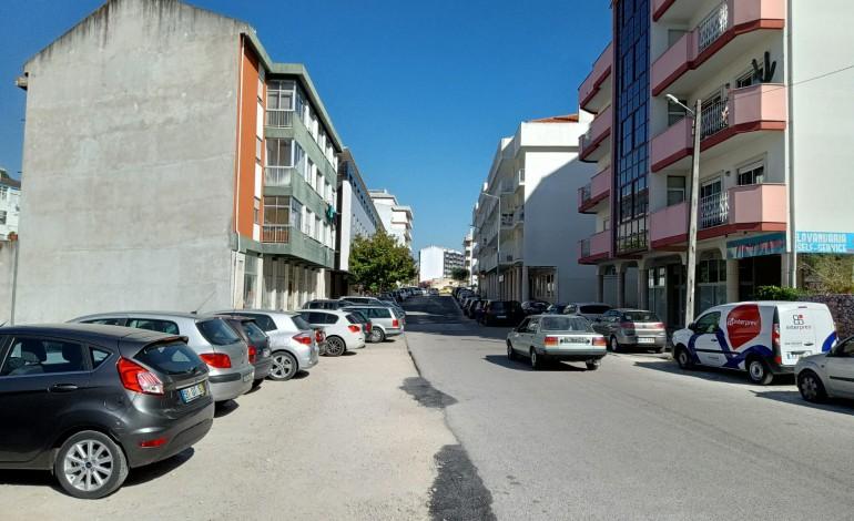 obras-na-av-humberto-delgado-em-leiria-paradas-a-espera-de-estacionamento-provisorio