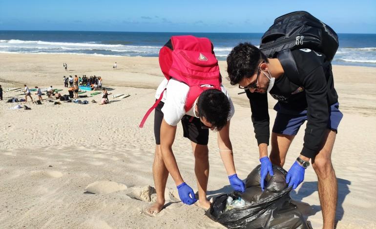 Acção de limpeza esta manhã na Praia do Pedrógão