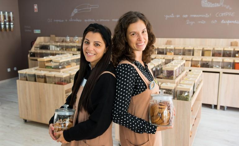 Ângela Pinto e Marta Araújo apostam na economia circular e a granel de produtos saudáveis, na Tudo a Granel, em Leiria