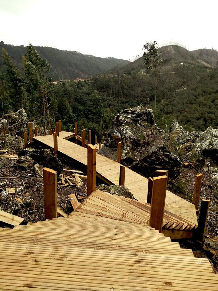 Percurso pedestre acompanha fragas, eucaliptais e rio