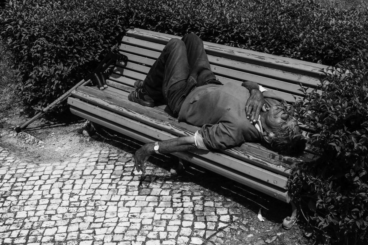 homem-a-dormir-num-banco-no-jardim-luis-camoes-leiria-2020