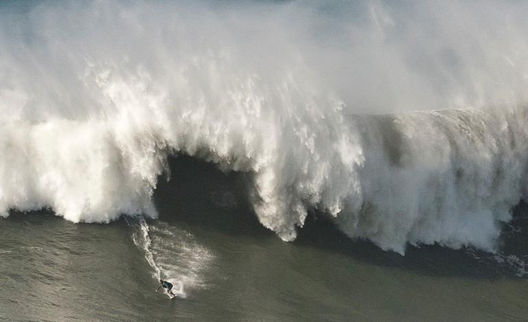 nazare-as-ondas-vao-estar-enormes-hoje-a-tarde-e-amanha-de-manha