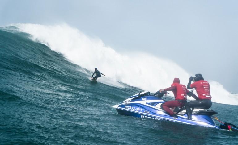 sitiado-num-mar-em-turbilhao-para-filmar-as-surfadas-mais-arrepiantes