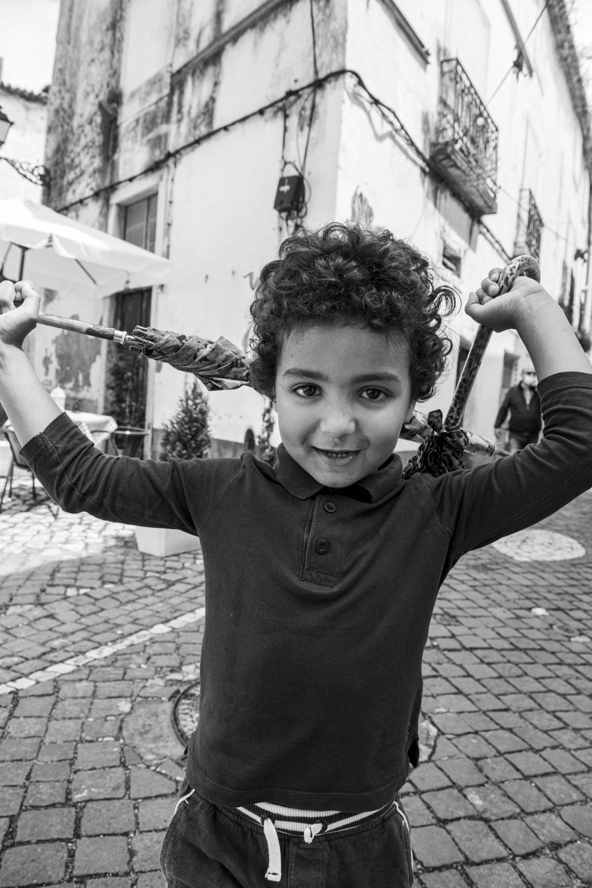 menino-a-brincar-no-centro-historico-leiria-2021