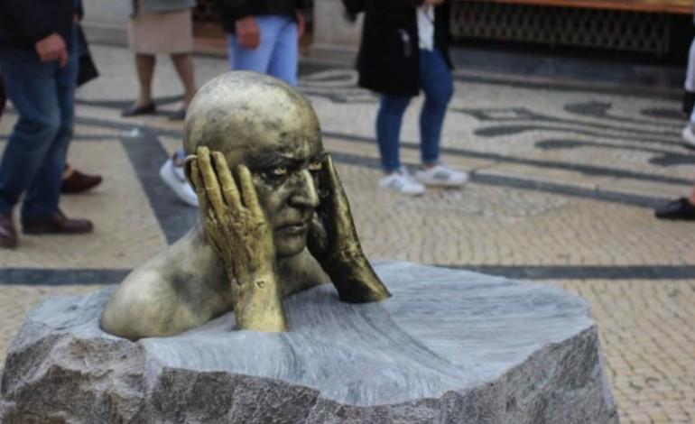 homem-estatua-leva-figuras-literarias-as-ruas-de-alcobaca
