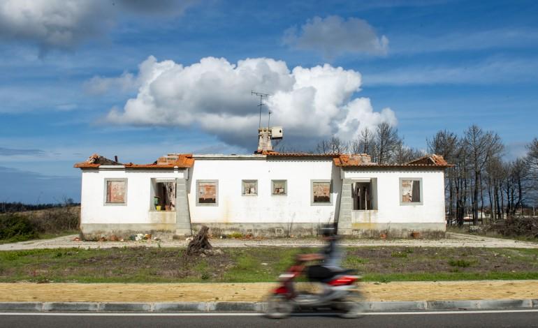 Antiga casa florestal, localizada junto à designada Estrada da Praia, em Vieira de Leiria